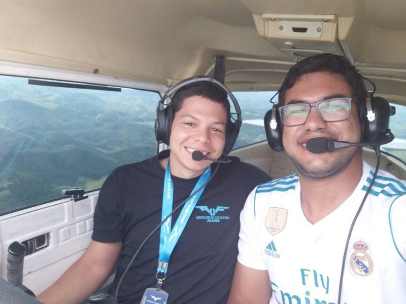 Aluno do Aeroclube de Juiz de Fora se forma piloto em tempo recorde