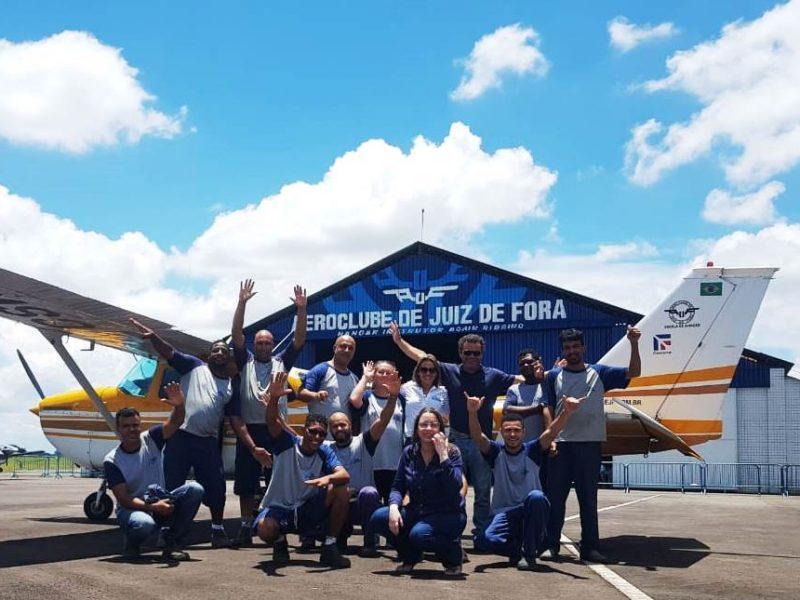 Empresa comemora aniversário com voos panorâmicos de seus funcionários no Aeroclube de Juiz de Fora