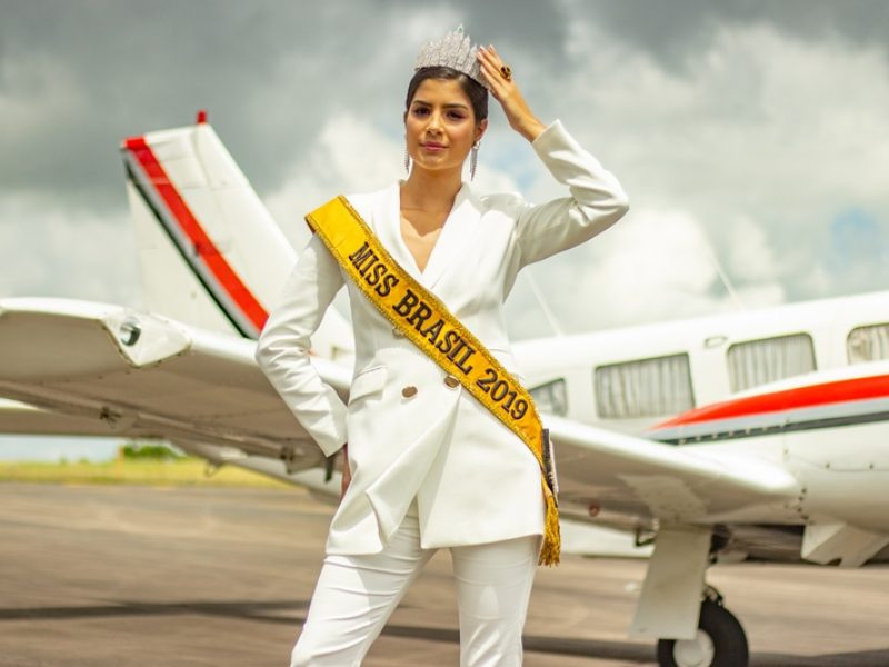 Miss Brasil faz ensaio fotográfico no Aeroclube de Juiz de Fora