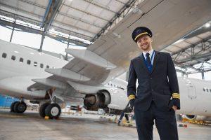 Piloto em frente ao avião